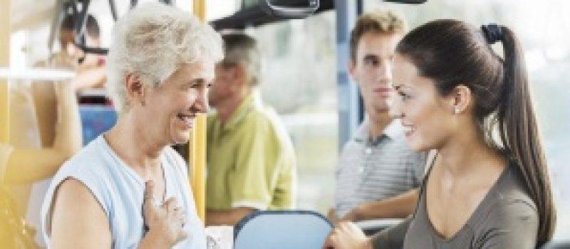 senior-et-jeune-femme-bus